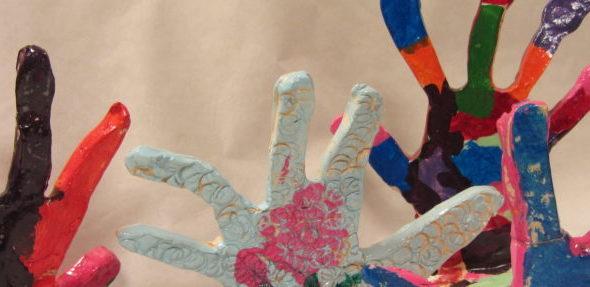 Sculpture de mains réalisées par les enfanst de l'atelier artistes en herbe