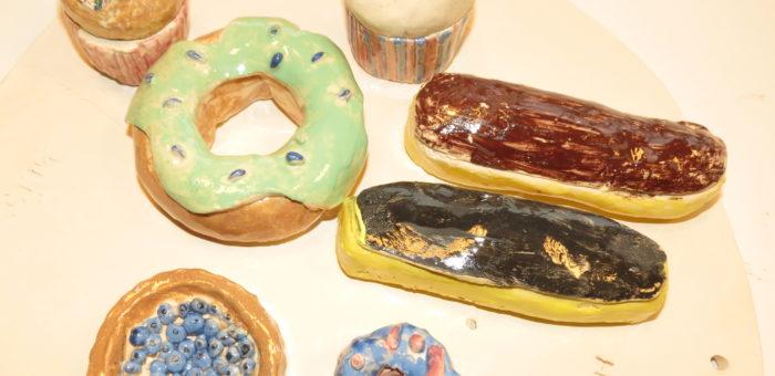 poteries réalisées à l'atelier enfants des artistes en herbe sur le thème gourmandise